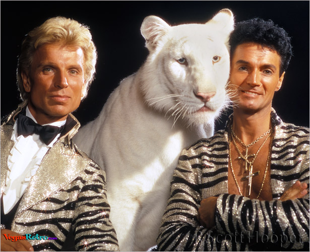Photo of Siegfried & Roy with white tiger in 1985